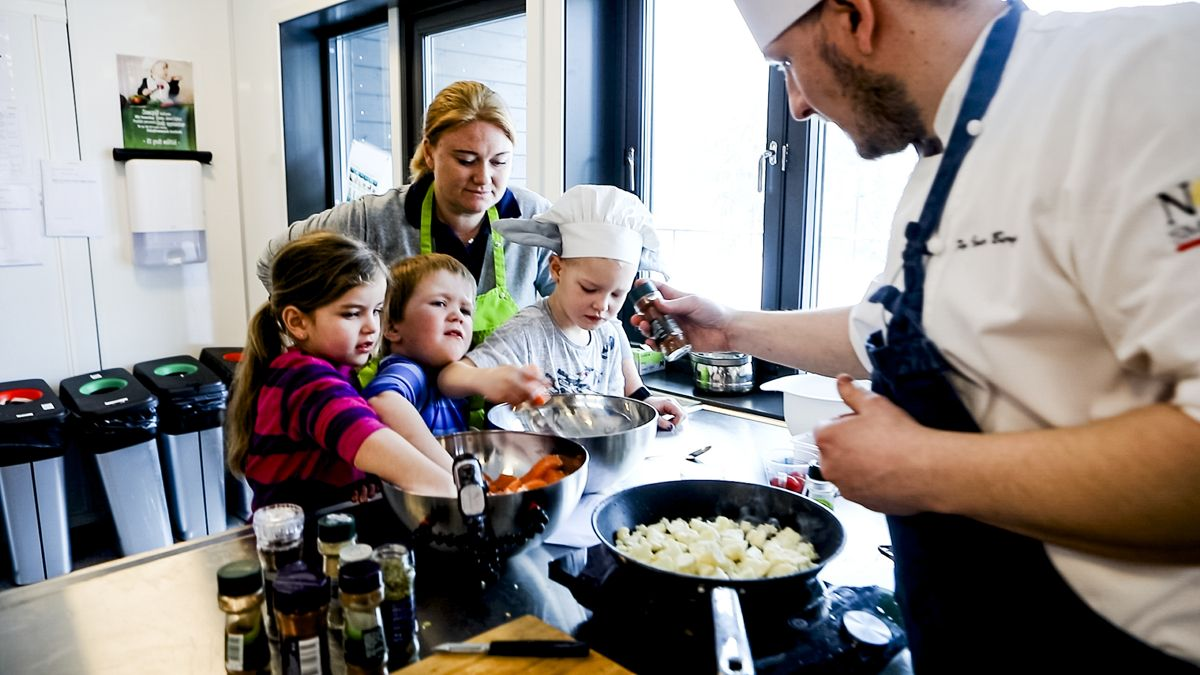 Andelen menn ansatt i barnehager var blant opplysningene SSB ikke ville oppgi av personvernhensyn. Her er kokken Per Ivar Berget på besøk i Åmot barnehage.