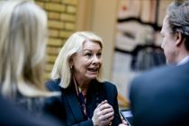 <p>Justisminister Monica Mæland (H) oppfordrer kommunene til å legge bort lokale koronaregler.</p>
