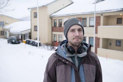 Mikale Orø er kritisk til at Tromsø kommune stuer rusfrie og rusavhengige under samme tak.