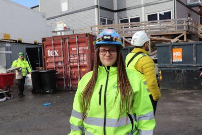 Elektriker Kristine Jensen Wendt i Caverion mener uverdige garderobeforhold kan skremme jentene bort fra byggfag.