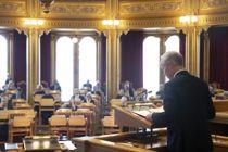 <p>Neste år vil det ikke lenger komme ekstraordinære skatteinntekter, og det må regjeringen ta høyde for i budsjettene, mener Kommunal Rapport. Her legger finansminister Jan Tore Sanner (H) fram krisepakke i Stortinget mandag.</p>