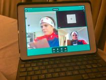 Prosjektleder for digitalisering i helse og omsorg i Overhalla kommune, Beate Aunet, viser hvordan videobesøket foregår.