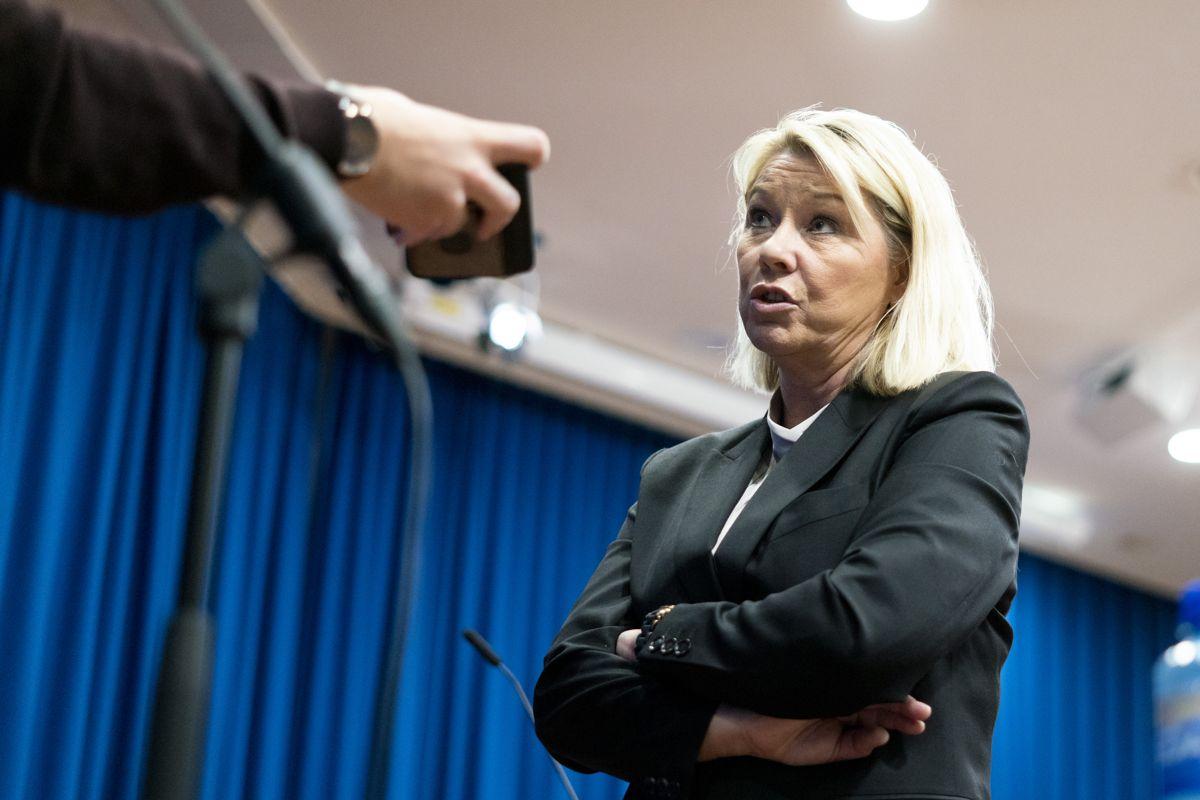 Justisminister Monica Mæland (H) ber kommunene fjerne lokale koronaregler.