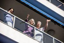 <p>Beboere følger med på utekonsert fra balkongene på Silurveien sykehjem i Oslo.</p>