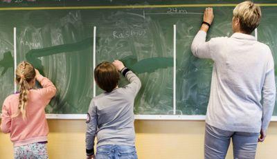 Kommuner skal få penger til å gi elever som er blitt hengende etter i undervisningen et tilbud, foreslår regjeringen.