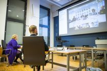 <p>Statsminister Erna Solberg (H) og helse- og omsorgsminister Bent Høie (H) i videomøte med kommunene Sunnfjord (på skjermen), Hemsedal, Bærum og Tromsø.</p>