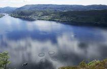 <p>Osterøy kommunestyre har vedtatt en økonomiplan med ubalanse fra 2021. Kommunen er derfor innmeldt i Robek (Register om betinget godkjenning og kontroll). Bildet viser fiskeoppdrett ved Osterøy.</p>