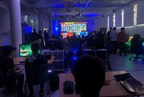 <p>Ungdommens kulturhus Sarpsborg har eget e-sportsenter. Mens kulturhuset holder koronastengt, kan ungdommen møtes online i kommunens digitale ungdomshus.</p>