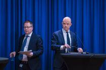 <p>KS-leder Bjørn Arild Gram og administrerende direktør i NHO, Ole Erik Almlid, under pressekonferansen om veilederen til smittevernloven.</p>