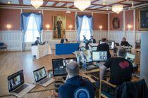 <p>Kommunestyret i Risør avholdt møte som videokonferanse på nett sist uke. Til stedet i bystyresalen var ordfører Per Kristian Lunden (Ap), rådmann Trond Akselsen og politisk sekretær Sigrid Hellendal Garthe. Dag Tynes var leid inn som teknisk leder.</p>