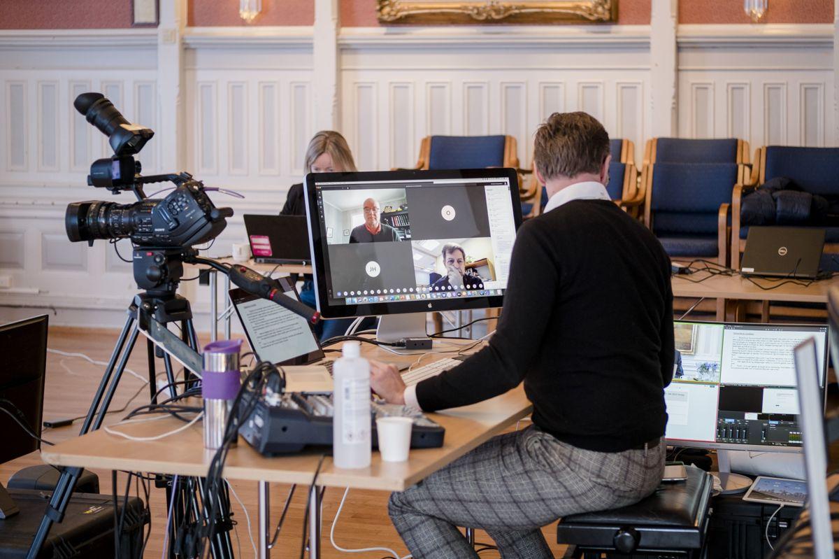 Kommunestyret i Risør er blant dem som har avholdt videomøte under koronakrisen. Ordfører Per Kristian Lunden, rådmann Trond Akselsen og teknisk leder Dag Tynes var til stede i kommunestyresalen.