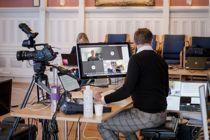 <p>Kommunestyret i Risør er blant dem som har avholdt videomøte under koronakrisen. Ordfører Per Kristian Lunden, rådmann Trond Akselsen og teknisk leder Dag Tynes var til stede i kommunestyresalen.</p>