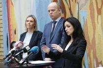 <p>Sylvi Listhaug (Frp), Trygve Slagsvold Vedum (Sp) og Hadia Tajik (Ap) representerer noen av partiene som har forhandlet med regjeringen om en tredje krisepakke.</p>