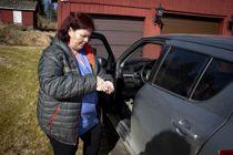 <p>Charlott Wielecki er hjelpepleier i hjemmetjenesten i Aurskog-Høland. Hver dag må hun rengjøre alt utstyr hun bruker grundig. Etter hvert hjemmebesøk spriter hun hender og vasker ratt og girstang i bilen.</p>