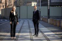 <p>Distrikts- og digitaliseringsminiser Linda Hofstad Helleland med koronaavstand til Kommunal- og moderniseringsminister Nikolai Astrup. Begge er imponert over hvordan kommunene har taklet krisen.</p>