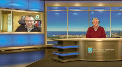 Kristiansund kommune løste informasjonsbehovet hos innbyggerne med daglige TV-sendinger fra rådhuset under koronapandemien i vår. Her intervjuer programleder Steinar H. Høgsvem Gjemnes-ordfører Knut Sjømæling (Sp).