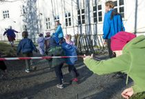 <p>Uteområdet i Årstad Brannstasjon barnehage i Bergen er delt opp med sperrebånd når ulike grupper barn er ute og leker.</p>