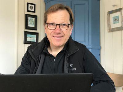 Her er KS' administrerende direktør Lasse Hansen fotografert på hjemmekontor under koronapandemien i 2020.