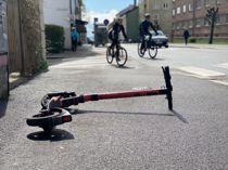 <p>Tre firma har fått konsesjon om utleie av elektriske sparkesykler med Trondheim kommune. Nå sier retten at kommunen ikke kan nekte andre selskap å bruke kommunal grunn til utleie. Her en henslengt sparkesykkel i Oslos gater.</p>