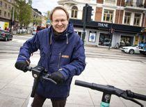 <p>Når elsparkesykkelturene erstatter bilturer og kollektivtransportreiser, vil klimaregnskapet mest sannsynlig bli positivt for de nye generasjonene elsparkesykler, mener forskningsleder Nils Fearnley ved Transportøkonomisk institutt.</p>