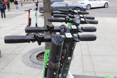 Elsparkesykler har samme status som sykler i lovverket. Bergen prøver nå rettens vei for å begrense utleie på kommunal grunn, mens Oslo (bildet) tester ut egne parkeringsområder.