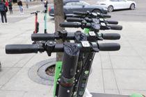 <p>Elsparkesykler har samme status som sykler i lovverket. Bergen prøver nå rettens vei for å begrense utleie på kommunal grunn, mens Oslo (bildet) tester ut egne parkeringsområder.</p>