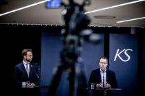 <p>Kommunalminister Nikolai Astrup (t.v.) og KS-leder Bjørn Arild Gram er nå enige om hvor store koronatapene har vært så langt for kommunesektoren.</p>