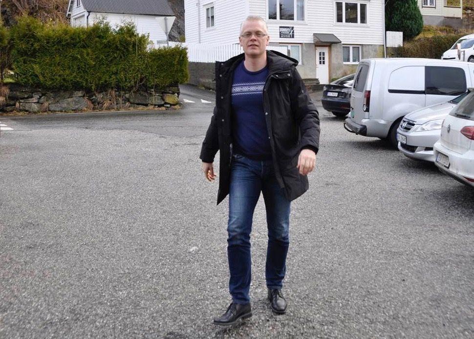 Ordfører Knut Harald Frøland (Bygdelista) i Samnanger mener at kommunen sto i en krise og måtte handle. Derfor valgte kommunestyret å leie inn en rådgiver fra Agenda Kaupang til å være konstituert kommunedirektør.