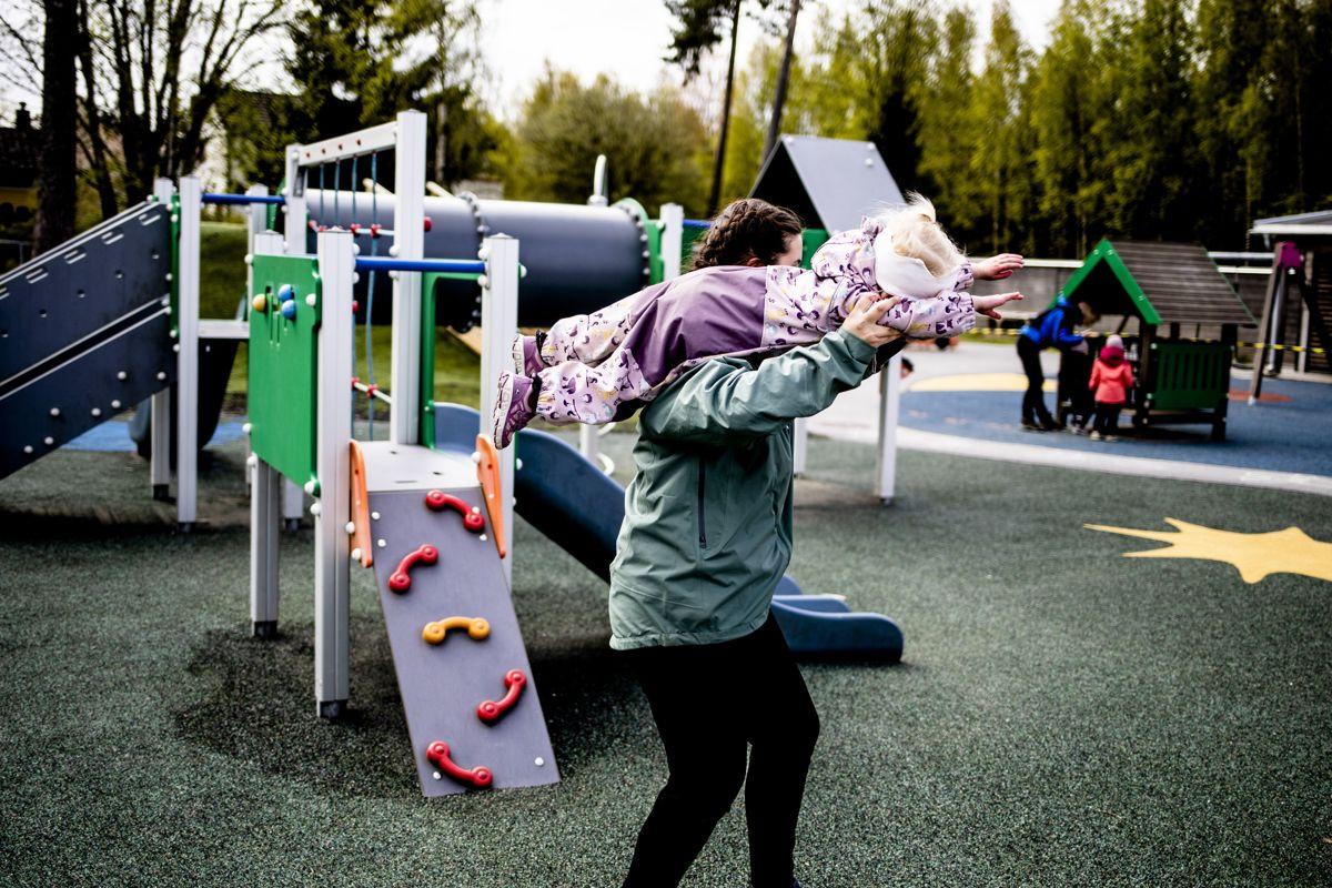 Loven sier at atkomsten til barnehagens lekeområder skal være universelt utformet, slik at alle barn kan få leke uansett handikap. Her fra Eventyrstua barnehage i Lørenskog, der det er trinnfri atkomst til lekeområdet.