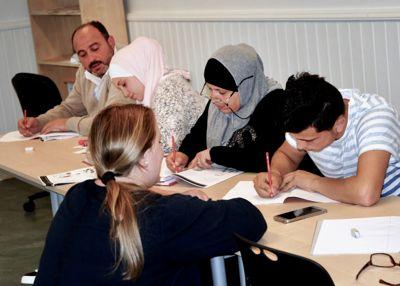 Flyktninger som fortsatt går i introduksjonsprogrammet, skal kunne bruke mer tid på grunn av koronaen og smitteverntiltakene, foreslår Kunnskapsdepartementet.