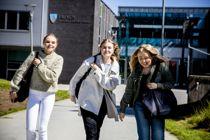 Hedda Lundeby Tunli (17), (t.v), Mia Benedicte Hille Olsen (17) og  Tina Torsen (18) ved Frogn videregående skole i Viken synes alle tre at forslaget fra valglovkomiteen om å gi stemmerett til 16-åringer ved lokalvalg er interesssant. De ville også ha stemt. – Mange yngre ser jo viktigheten av at man har stemmerett og at man kan være med å påvirke eget samfunn, sier Tina.<br>