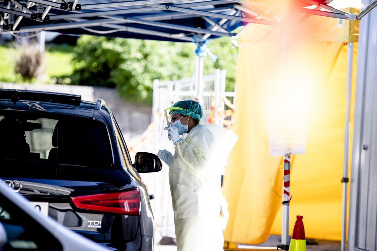 Folkehelseinstituttet regner med flere lokale smitteutbrudd utover høsten. Her testes det for korona ved Aker sykehus i Oslo.
