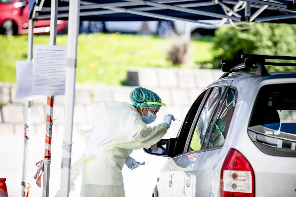 Kommunene fikk i april en hovedrolle i å gjennomføre TISK-strategien, med testing, smittesporing, karantene og isolering. Men først i september ble en nasjonal styringsgruppe etablert, hvor KS var representert.