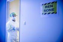 <p>Kommunene har hatt størst ekstra utgifter til å bekjempe COVID-19. Medisinstudent Mehek Ahmed tar prøver i smittebrakkene utenfor Aker sykehus i Oslo.</p>