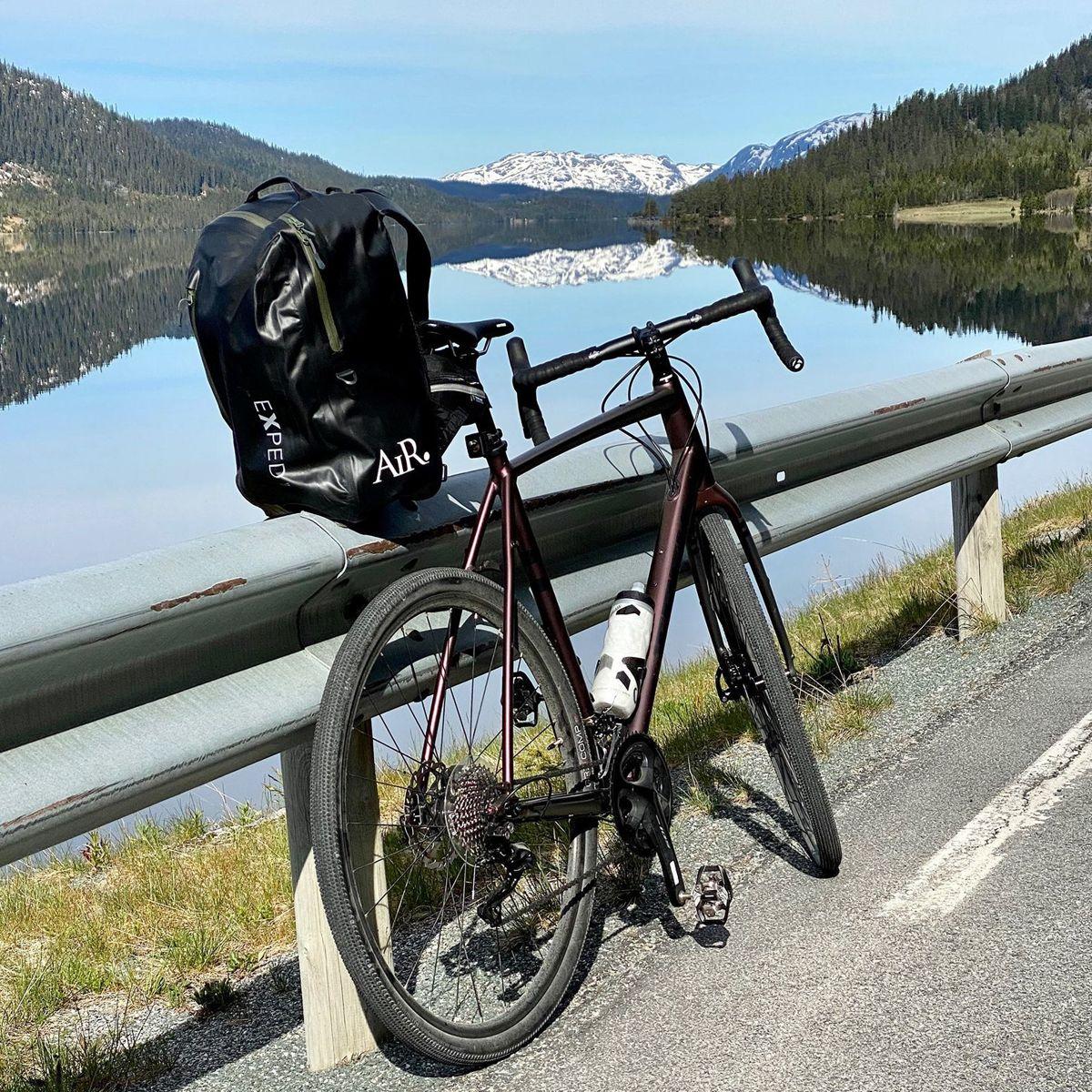 Ordførar Jon Rikard Kleven byr på både oppover- og nedoverbakkar langs idylliske vatn i Vinje.