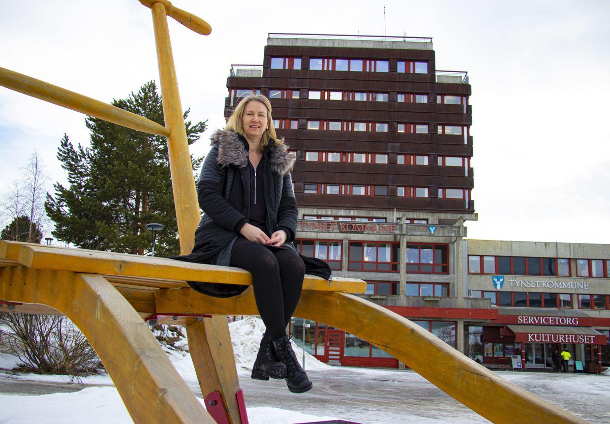Ordfører Merete Myhre Moen i Tynset er godt plassert på verdens største park foran det hun mener er Norges tøffeste rådhus.