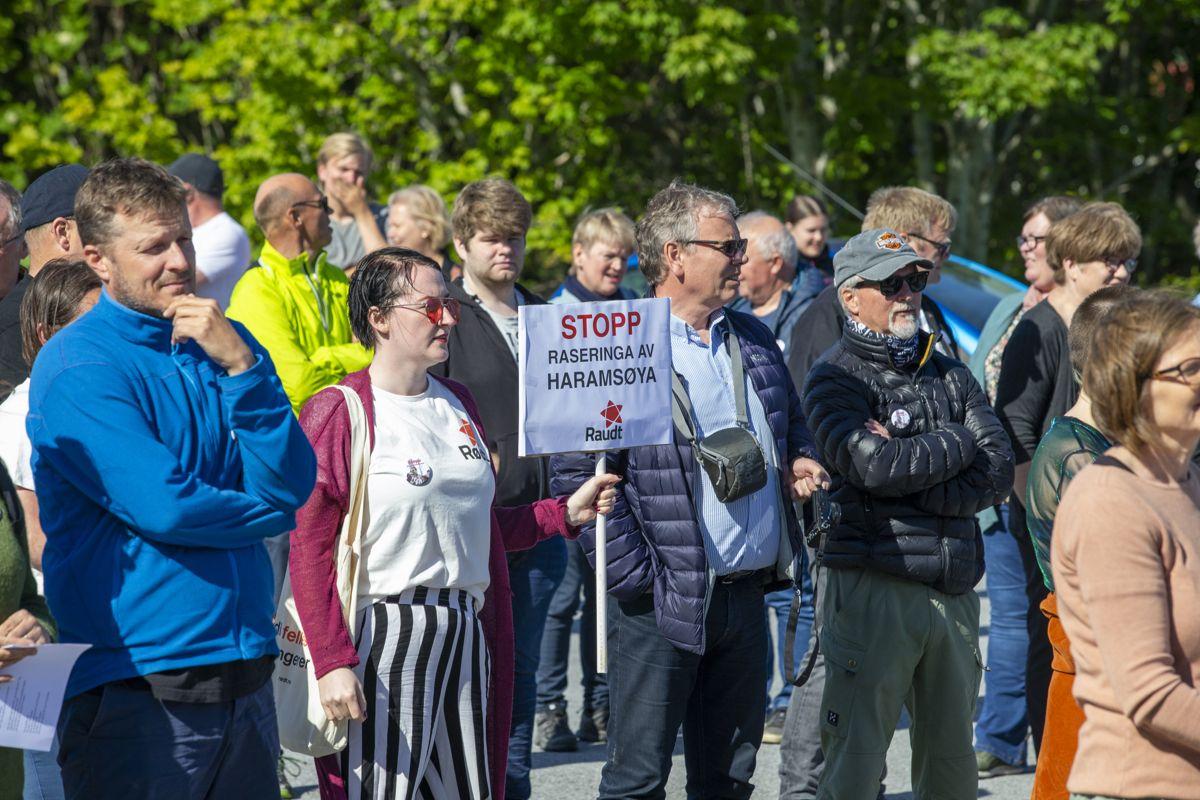 Demonstrasjon mot det planlagte vindkraftverket på Haramsøy i Ålesund i mai.