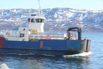 <p>Ferja Skaget betjener Årøya. Her med melkebilen om bord. Den skal erstattes med en kombibåt, som er en bilførende hurtigbåt. Hurtigbåtene går i mer enn 19 knop.</p>