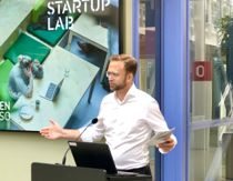 <p>Kommunal- og moderniseringsminister Nikolai Astrup (H) la fram den nye stortingsmeldingen i lokalene til Startuplab i Forskningsparken i Oslo. Tettere samarbeid mellom private leverandører og det offentlige er et av hovedforslagene i meldingen.</p>