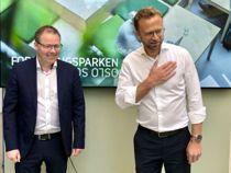 <p>KS-leder Bjørn Arild Gram og kommunal- og moderniseringsminister Nikolai Astrup (H) hilste på koronavis på pressekonferansen om innovasjonsmeldingen i dag.</p>