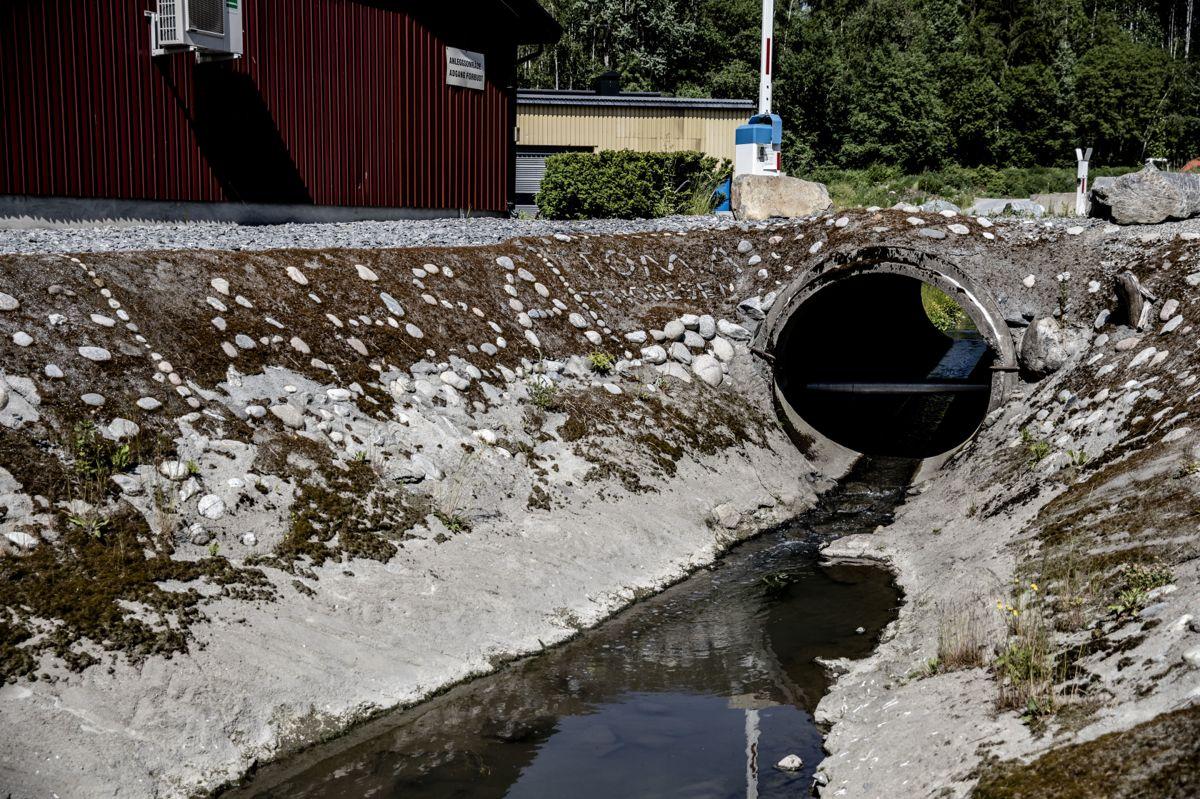 Askim, Hobøl og Spydeberg Avløpssamarbeid IKS (AHSA avløpsanlegg) i Indre Østfold kommune lekker urenset kloakk rett ut i Engerbekken. Det fører til problemer for et plastgjenvinningsanlegg som ønsker å etablere seg i kommunen.