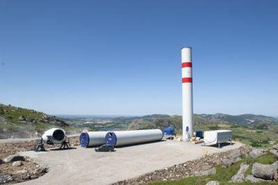 Bygging av vindkraftverk på land innebærer inngrep i naturen, i tillegg til at selve vindturbinene kan gi støy, skyggekast og endre det visuelle landskapet. Her fra byggingen av Vardafjellet vindkraftverk sommeren 2020.