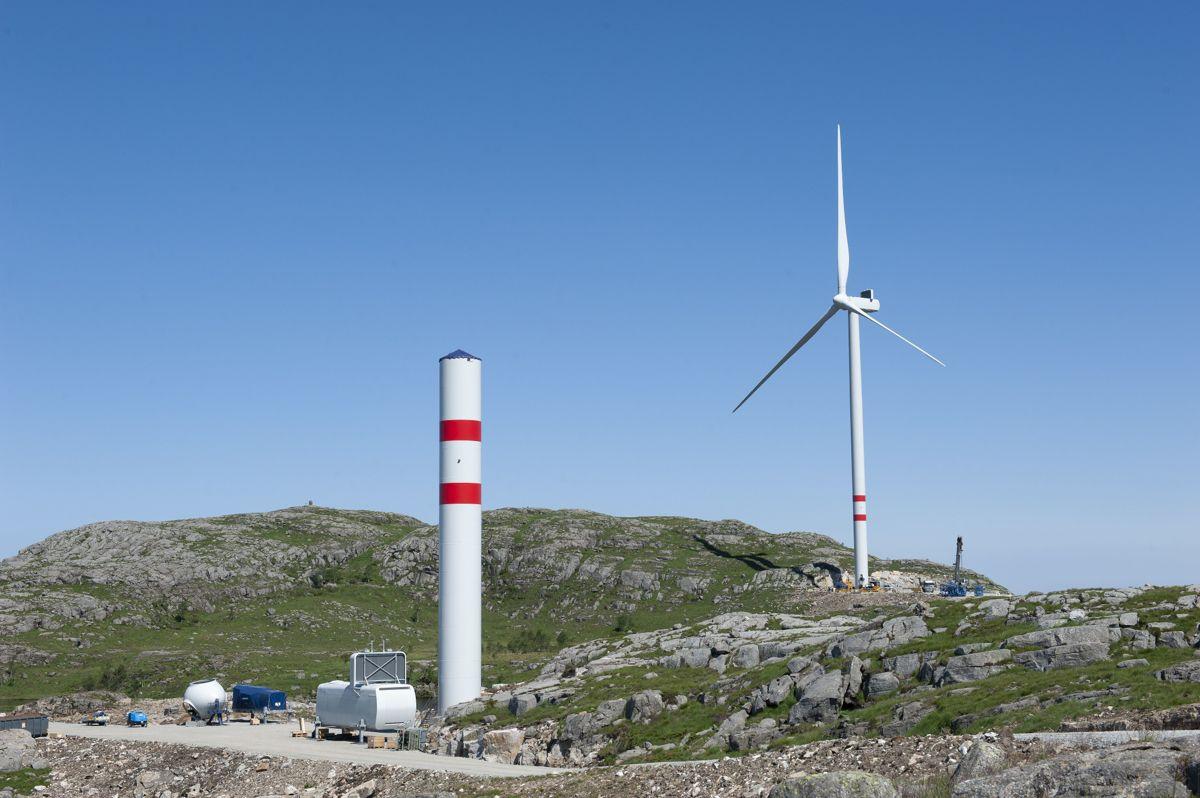 Inntektene fra avgiften skal gå til staten, men fordeles til vertskommunene ifølge Solberg-regjeringens budsjettforslag for 2022. Her fra oppsettingen avVardafjellet vindkraftverk i Rogaland.