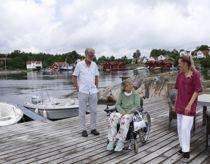 <p>Vidar Iversen og Lillian Iversen kommer fra Kristiansand, men bruker mye tid på hytta på Ågerøya i Lillesand. Caroline Corneliussen fra hjemmetjenesten kommer ut og hjelper Lillian med dusjing.</p>