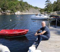 <p>Professor Jon P. Knudsen bor på Justøya i Lillesand, og har båthus ned mot Blindleia. Når inntektssystemet nå skal gjennomgås, foreslår han en justering som gagner hyttekommuner, både ved sjøen, men særlig på fjellet.</p>