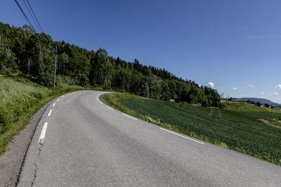 I Bjørnholtlia på oversiden av Gamleveien i Nittedal skal det bygges 300 boliger, ifølge vedtatt reguleringsplan. Fylkesmannen trakk sin innsigelse, men forventer at det legges til rette for kollektivtransport, gange og sykkel.Bildet er tatt med ryggen i retning Hakadal stasjon, et par kilometer unna.