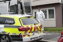 <p>Politiets etterforskere undersøker her en bolig etter at tre kvinner ble knivstukket i Sarpsborg 14. juli. En kvinne døde og en ble kritisk skadd.</p>