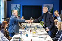 <p>Administrerende direktør i Norsk Industri Stein Lier Hansen (t.h) og leder i Fellesforbundet Jørn Eggum startet årets lønnsoppgjør 10. mars. Nå starter forhandlingene opp igjen etter koronautsettelsen.</p>