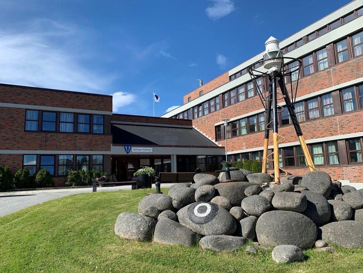 Vestvågøy kommune fikk sju pålegg etter at Arkivverket hadde gjennomført tilsyn med arkivtjenesten. Her ser vi rådhuset i kommunen.