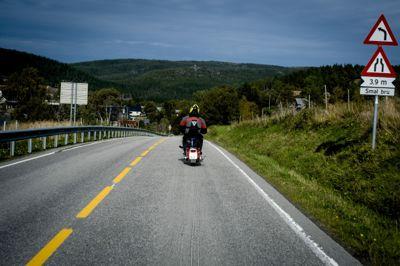 Vedlikehold av fylesveier er kommet med i Nasjonal transportplan. Det er et gjennomlag for kommunesektoren. Bildet er fra fylkesvei 715 (Fv715) over Fosenhalvøya.